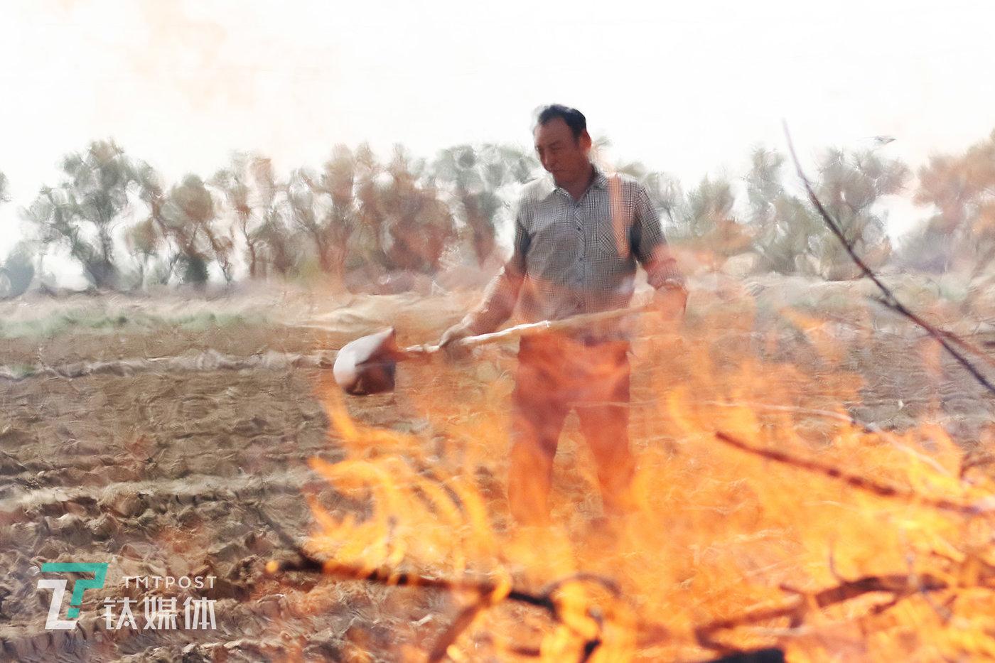 为了让水路畅通,薛志明烧掉了从引水渠里的干枯灌木。