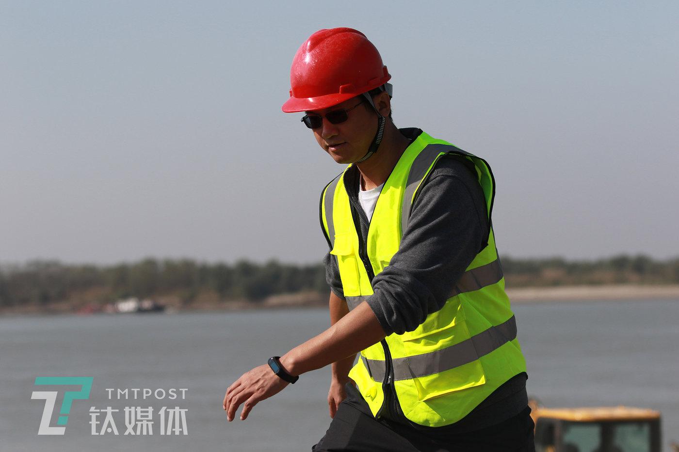 机械指挥官CEO刘兆萄在客户工地。