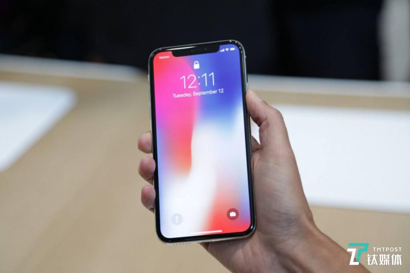 (苹果iPhone X 被吐槽的刘海屏,图片来源网易科技)