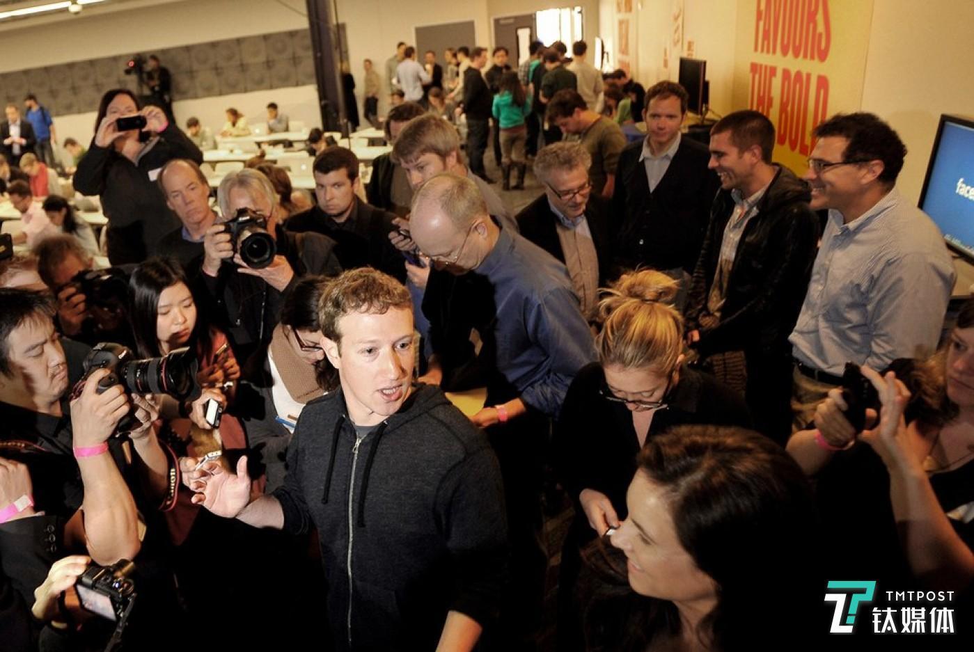 Facebook正陷入前所未有的内容危机风波之中 Photograph by Josh Edelson/AFP/Getty Images 来源:Vanity Fair