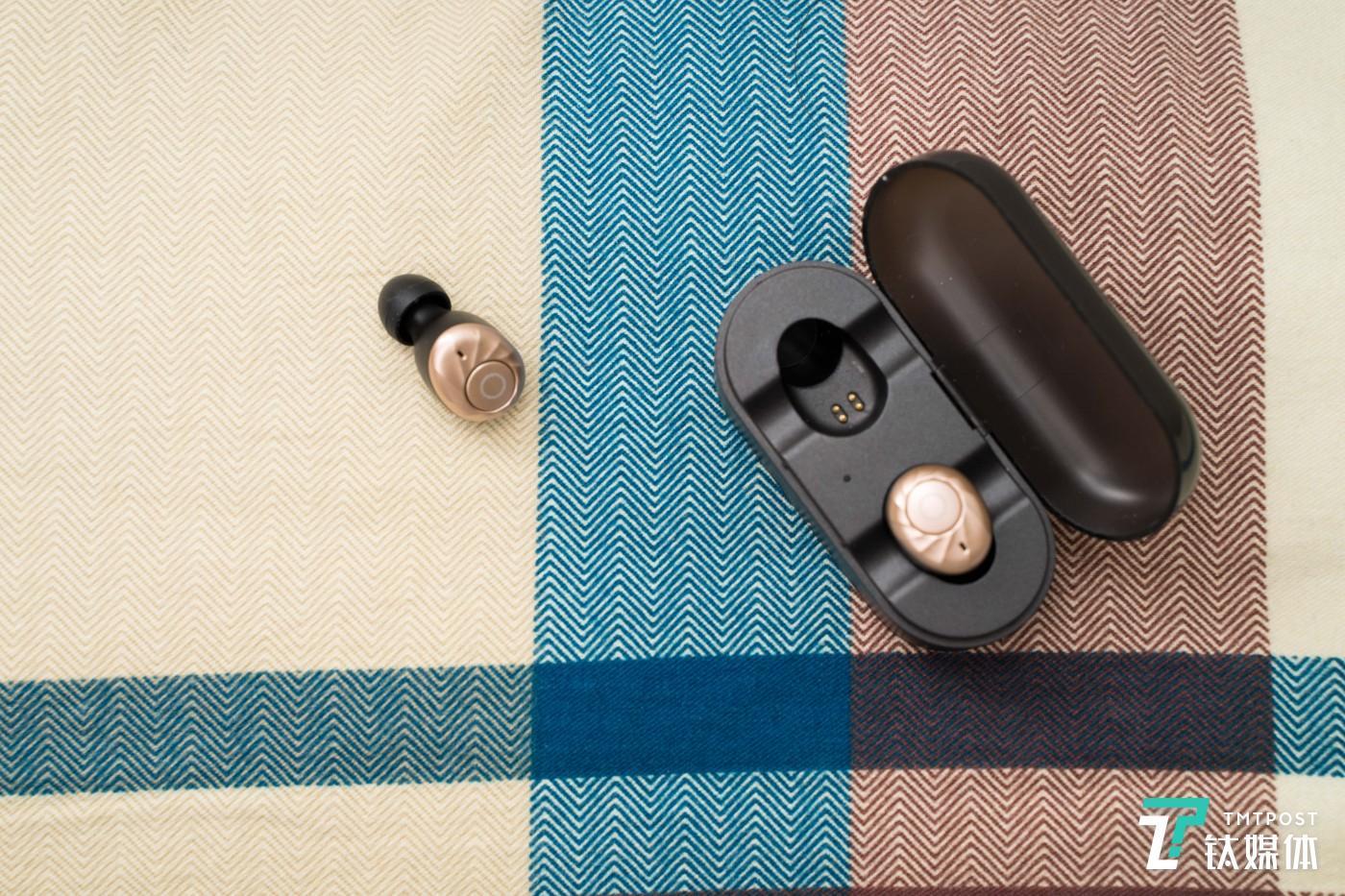 无线耳机更容易掉落在床上,所以睡觉醒来寻找它们也是一件麻烦事