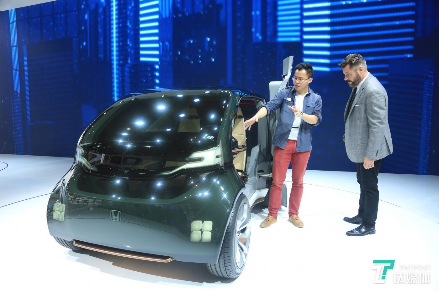 钛媒体记者(左)现场同Jirad(右)体验Honda概念车,(右)
