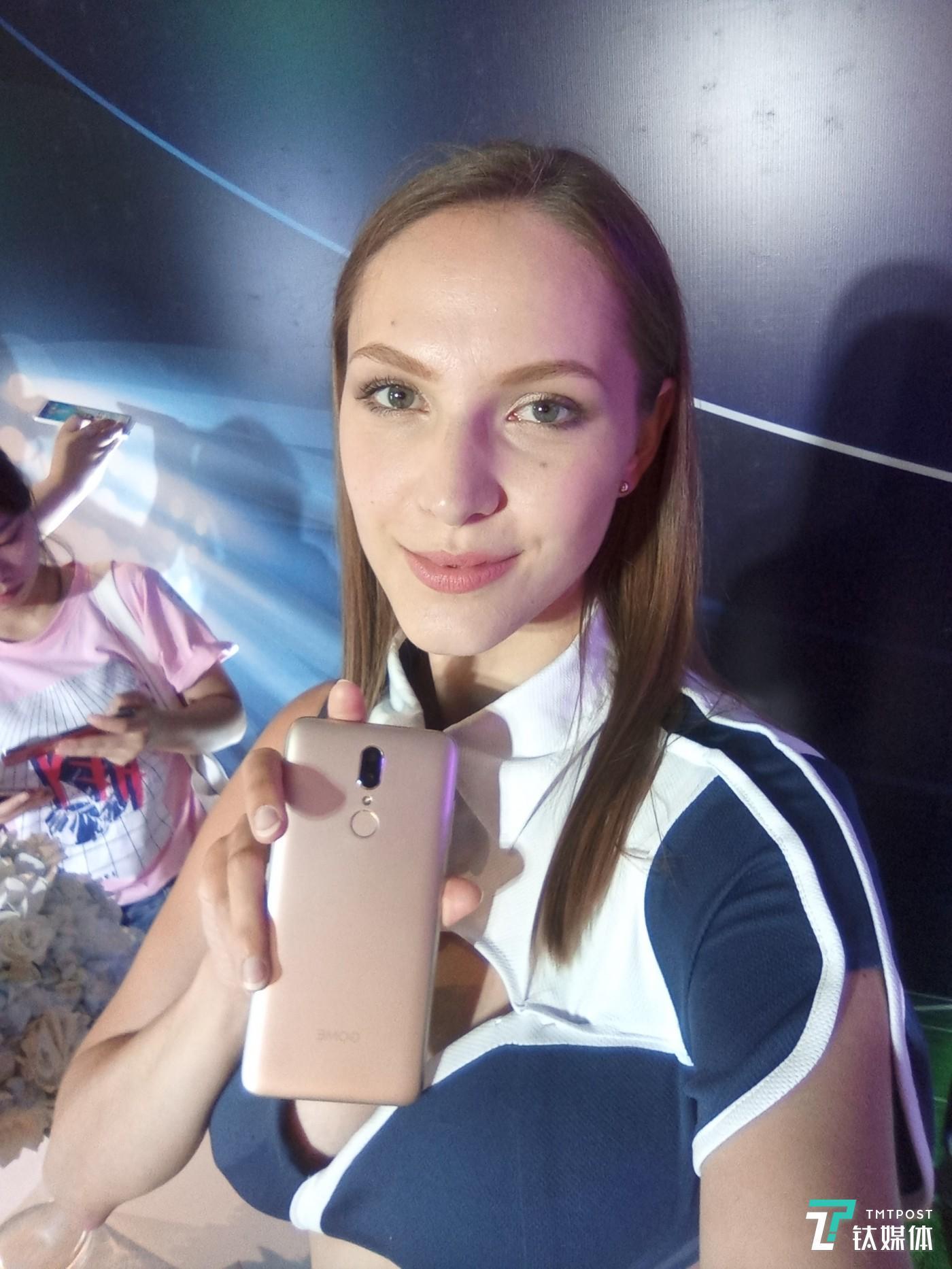 现场模特用该手机自拍的样张