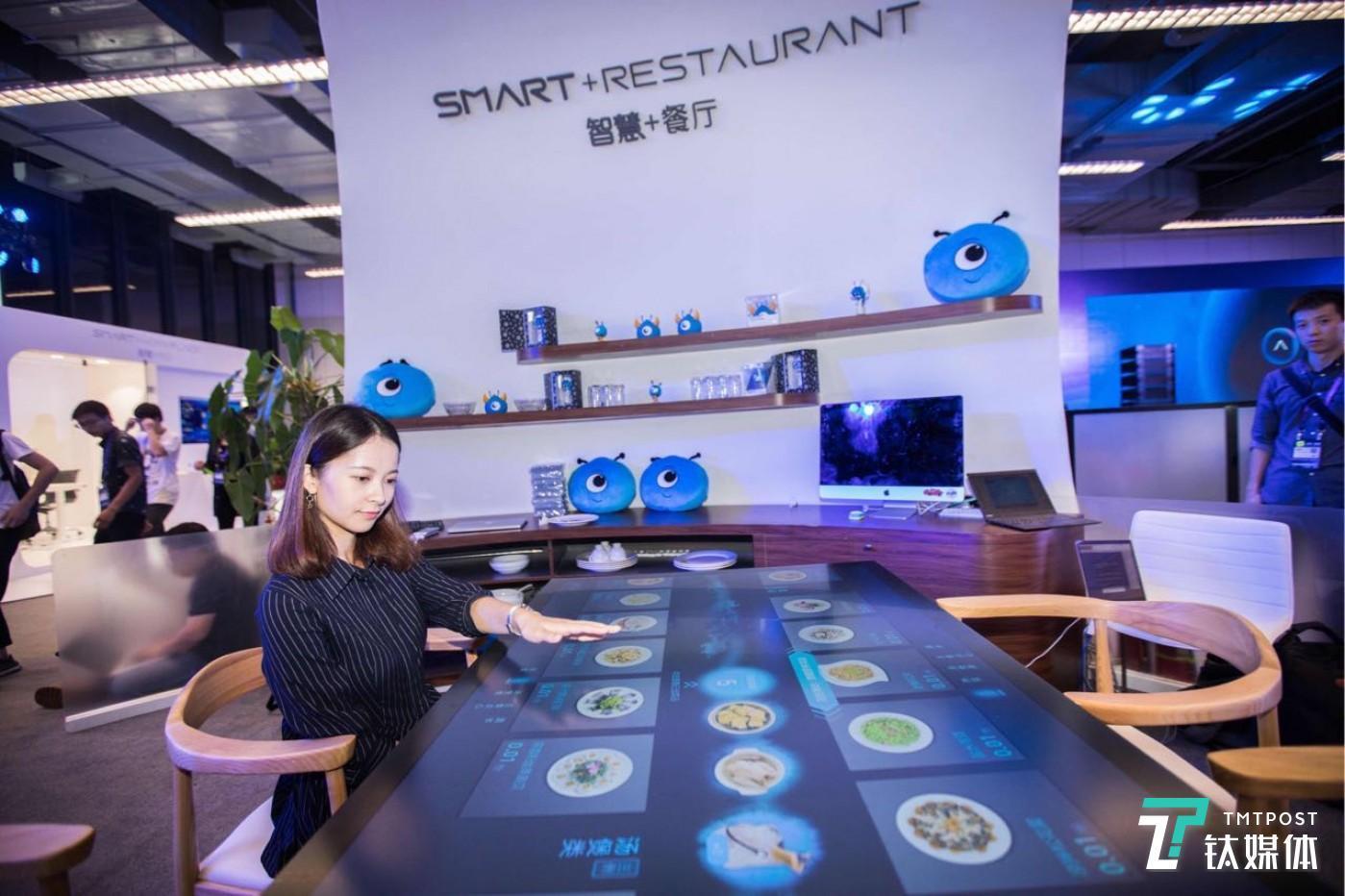 云栖大会上展出的智能餐桌