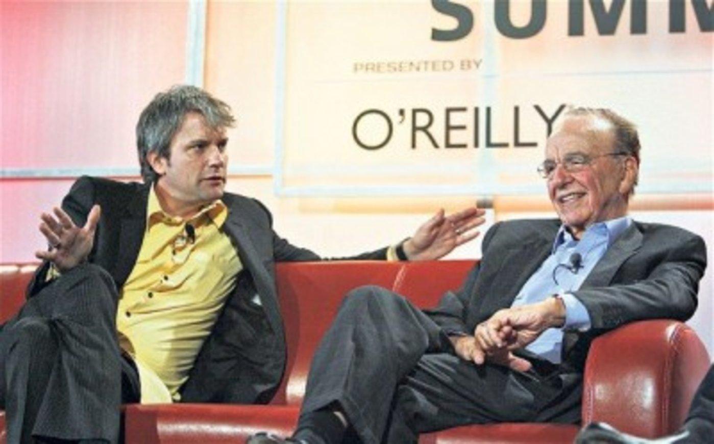 MySpace的前任CEO迪沃尔夫(左)与默多克
