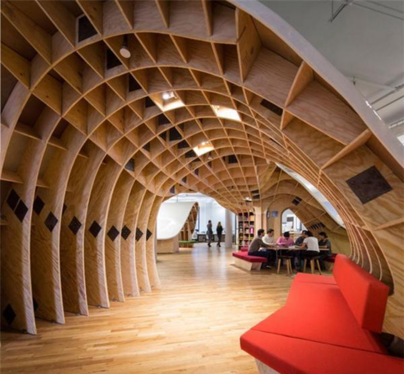 设计师Clive Wilkinson为Barbarian Group的团队设计的一个超长办公桌