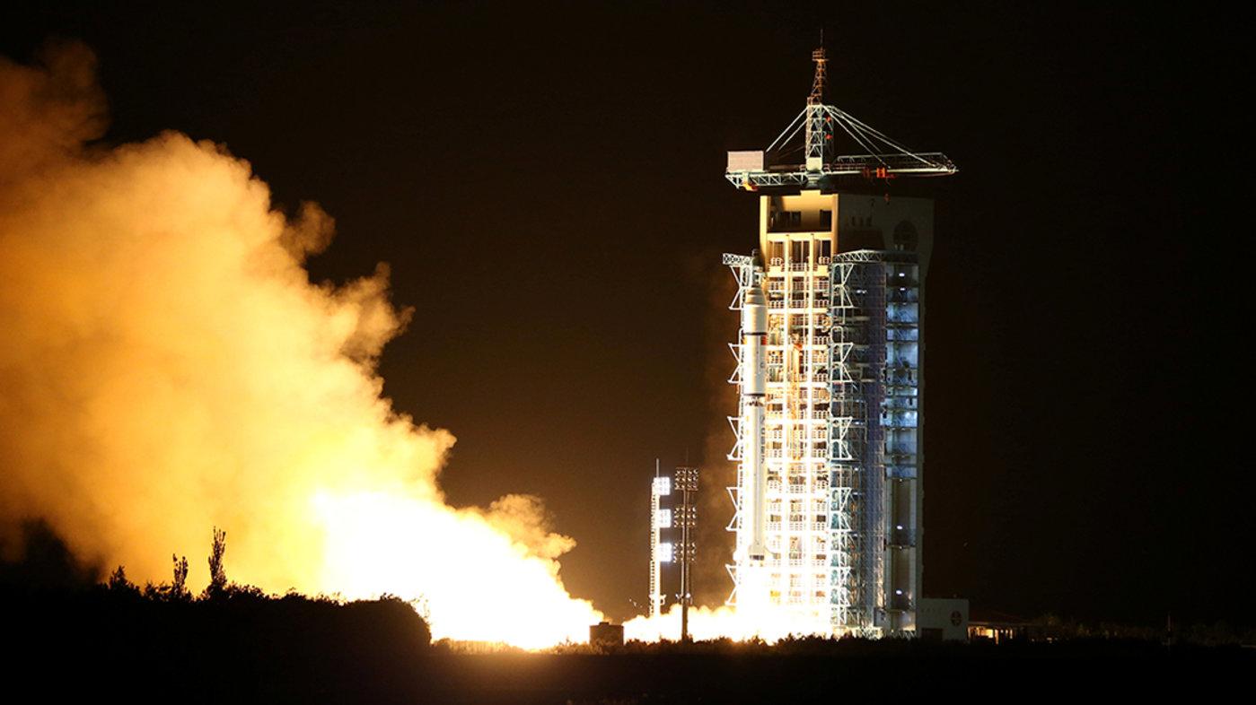 """量子卫星""""墨子号""""在酒泉卫星发射中心成功升空。 (拍摄:Reuters/China Daily)"""