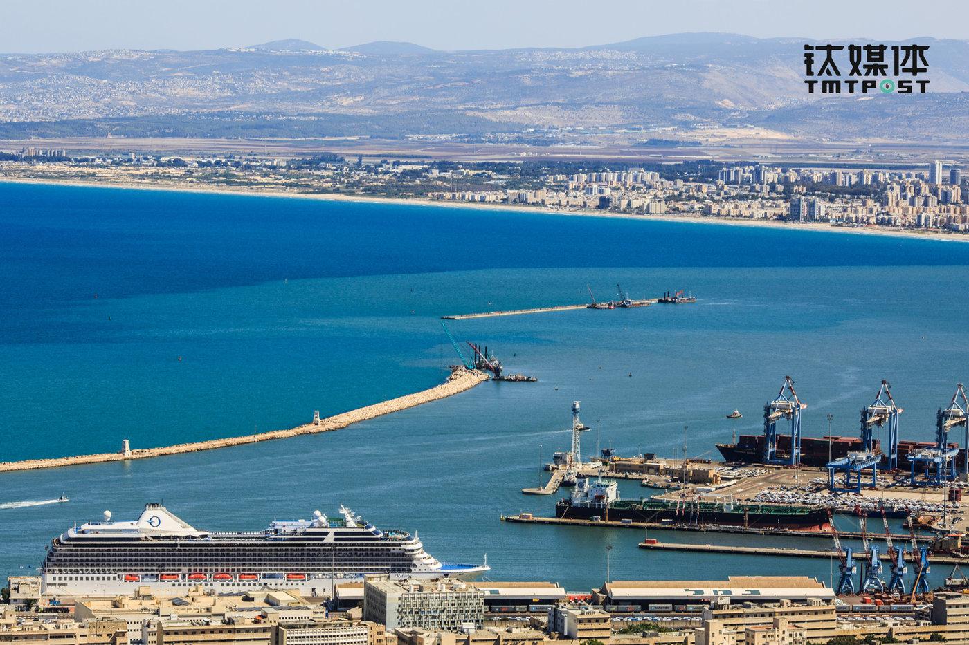 站在海法巴哈空中花园顶端,可俯瞰地中海沿岸的怡人景色。(图/朱玲玉)