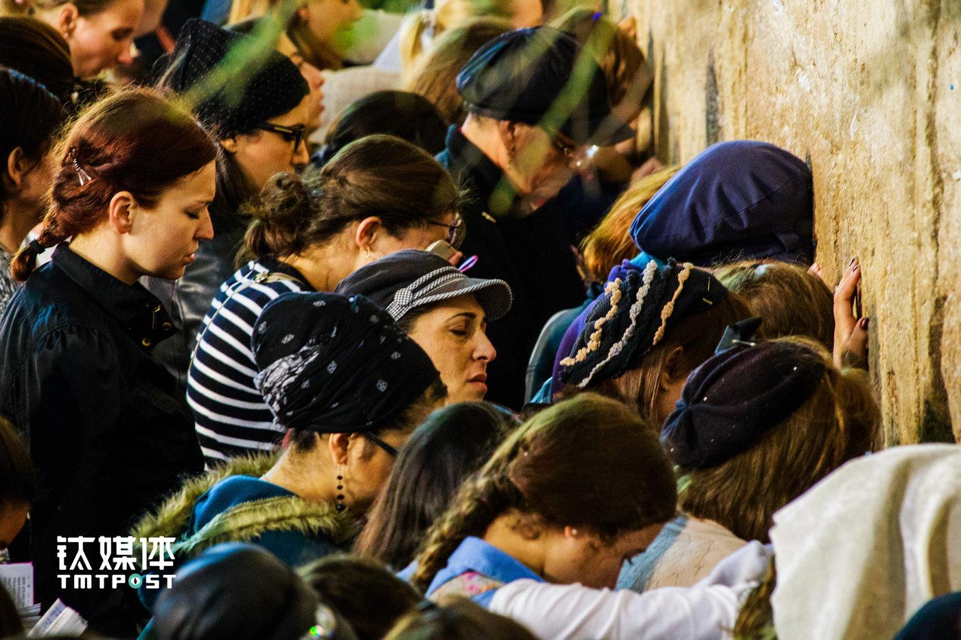 夜色笼罩的哭墙下,聚集了许多犹太教信徒。他们手捧希伯来文圣经,诵读《旧约》,哭诉犹太人流放和复国的苦难史,然后亲吻墙面。1948年以色列复国,经历过宗教迫害、异国他乡的生存、二战大屠杀的犹太人终归于回归耶路撒冷。(图/朱玲玉)