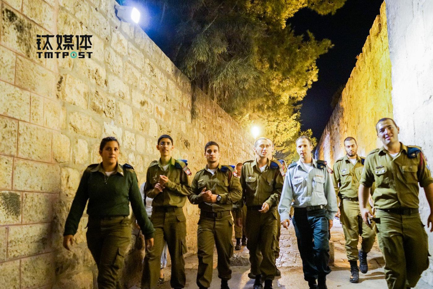 走在耶路撒冷街头的以色列士兵。在以色列,男女都必须服兵役。(图/朱玲玉)