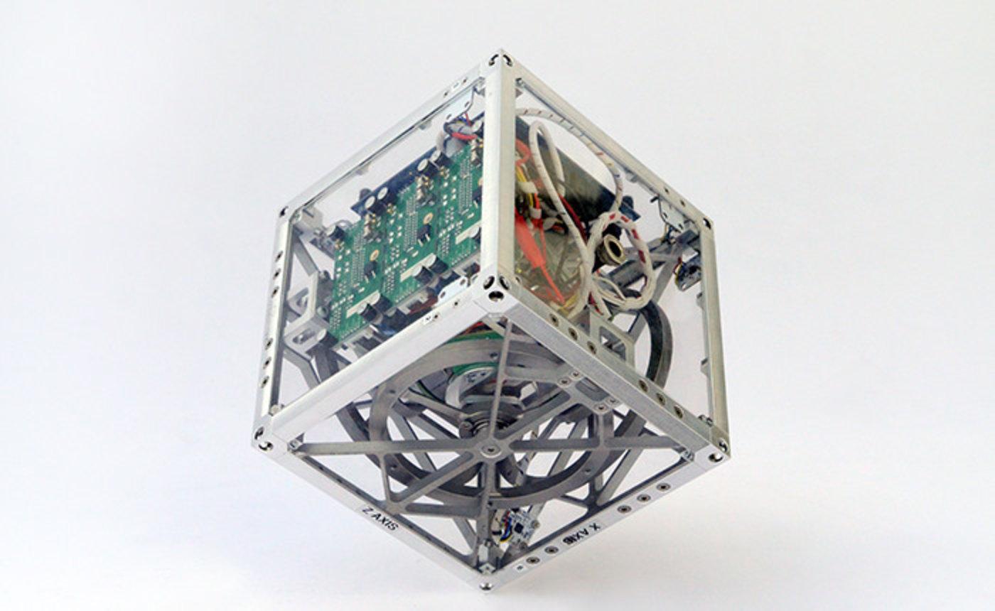 可自我保持平衡的正立方体Cubli