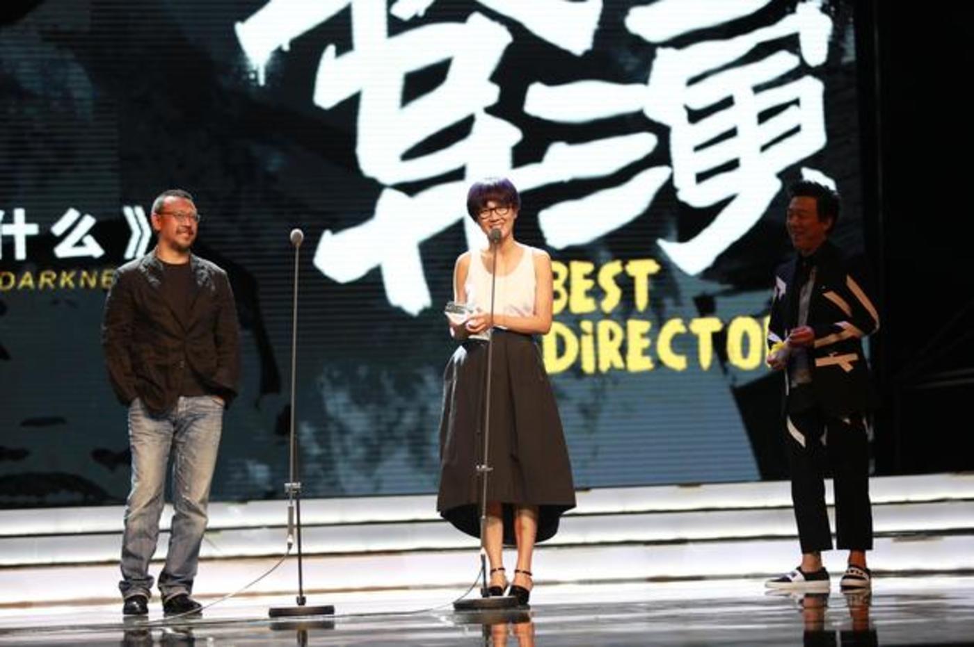 """姜文亲手将奖项交给王一淳,并夸她很""""坏""""。"""