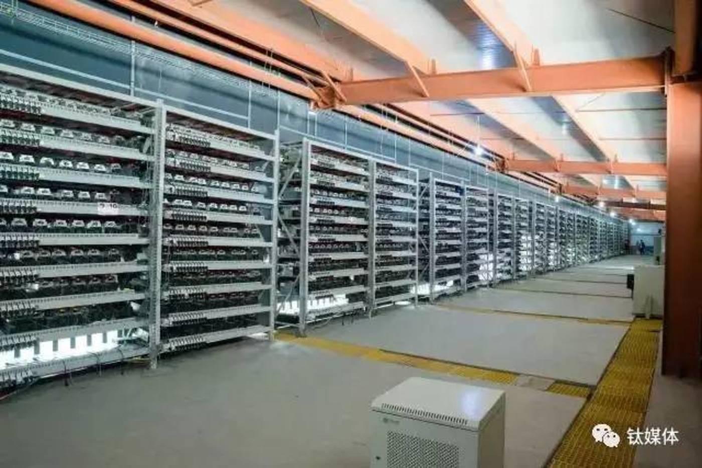 """鄂尔多斯的一间""""仓库""""中,架子上放满了莱特币挖矿机器"""