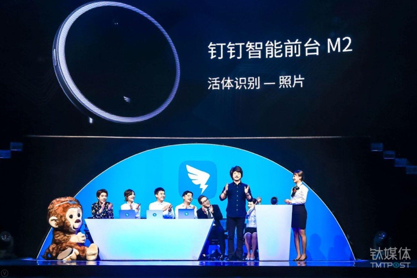 今年11月,钉钉发布了支持人脸识别的硬件设备:智能前台M2