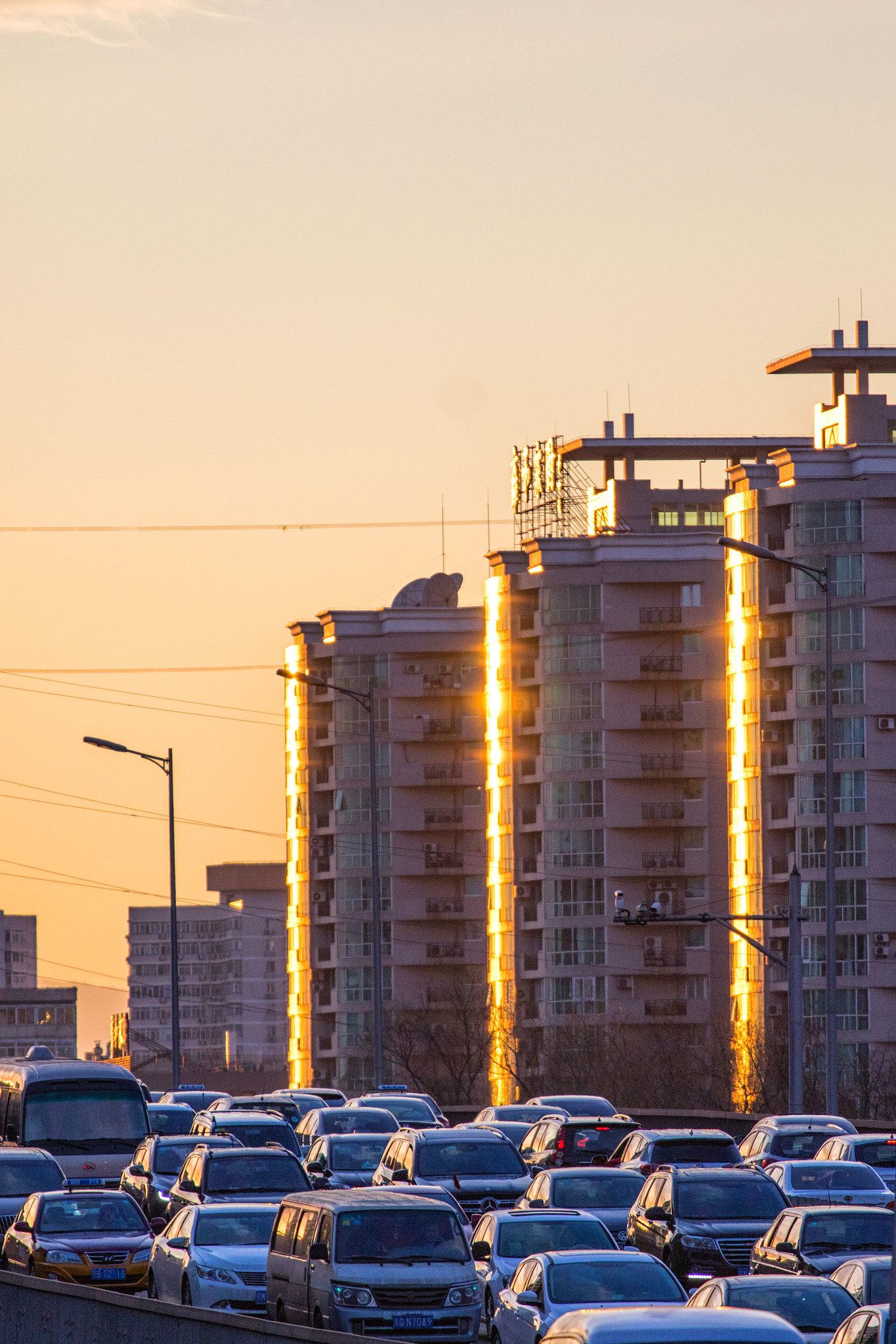 金光大道。北京北二环,夕阳里的车流和居民小区。