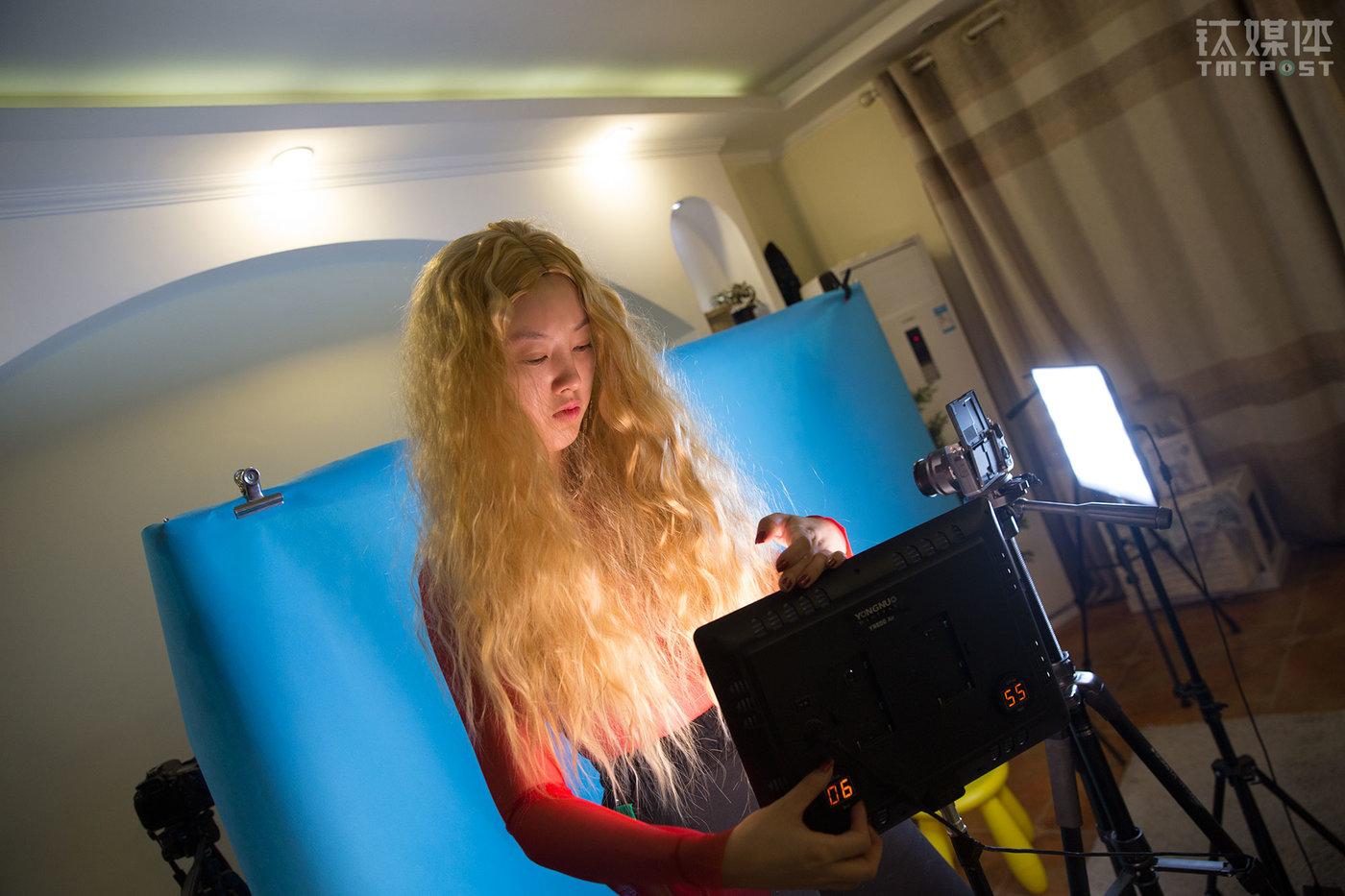 2018年1月30日,北京望京,美妆博主魏莫斯在住所架起相机和灯光,准备为自己的微博拍摄新一期的美妆视频。她的微博有170万粉丝,每天发布一到两条与美妆有关的微博内容,这些内容包括测评、美妆技巧等。