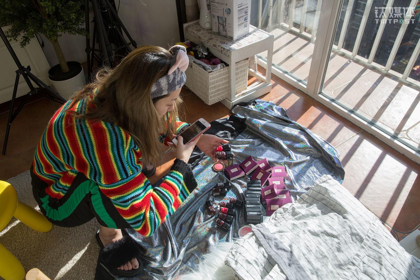 魏莫斯在清点为粉丝准备的礼物。她的粉丝大都是喜欢美妆的女性,她在微博做粉丝福利活动,送出的福利也都以品牌化妆品为主。