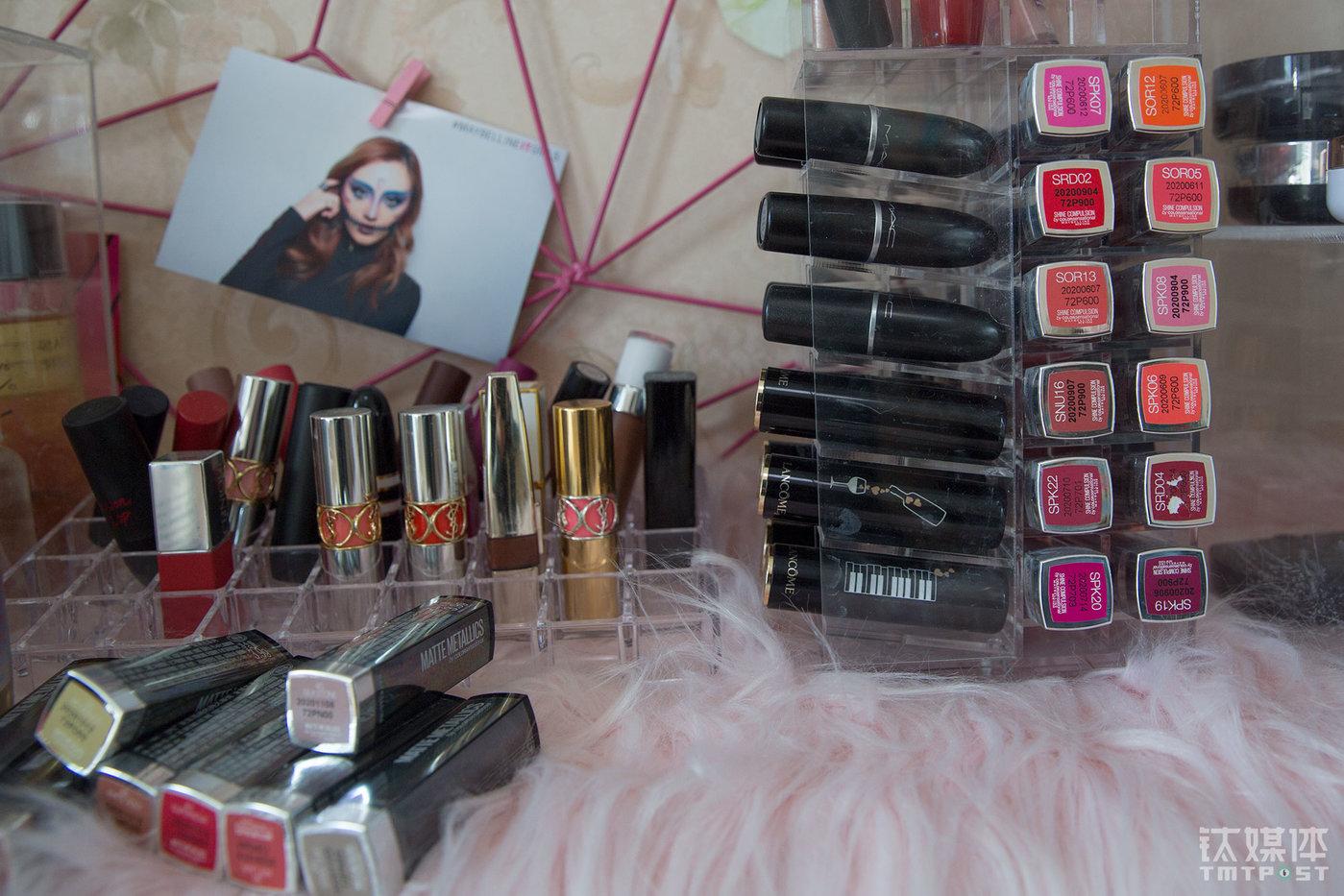 """魏莫斯房间摆满了化妆品,这些大都是美妆品牌邀请她测评的产品。""""我们就是用自己的脸替粉丝做实验。""""魏莫斯常常会把那些测评中没有使用过的化妆品送给粉丝。"""