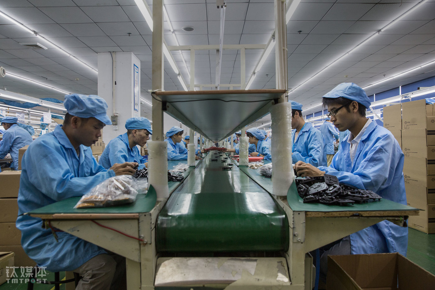 The factory's 200-something employees at the assembly lines are mostly millennials. There are even a few 16 or 17 years old workers working at the assembly line. The workers work 22 days per month and eight hours every day. The salary is not high. The base monthly pay is only ¥2,130. As for the overtime pay, it's counted as ¥18.36 per extra hour from Monday to Friday, and ¥24.8 per hour on weekends. Technicians that are responsible for more technical functions such as soldering, QC testing etc. would be able to get an occupational subsidy of around ¥200. Therefore, the salary of the workers varies from ¥3000 to ¥6000 every month, depending on the order volume the factory receives.