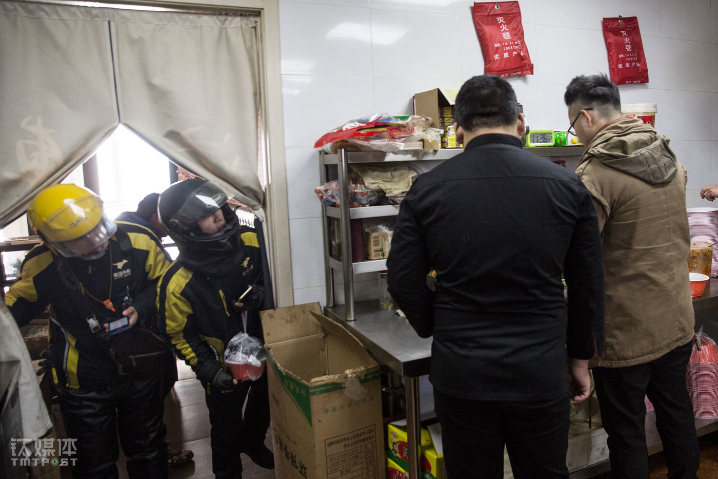 During the peak hours at noon, two delivery guys were waiting outside the kitchen at the Changying branch, asking the cooks to hurry up. Eleme and Meituan are the main sources of takeout orders for this Master Tang's in Changying. Everyday Tang Huai would spend around ¥400 on the promotion bidding. The takeout platform would extract a commission of ten percent to twenty percent from each order. The commission clearing is completed once every three days.