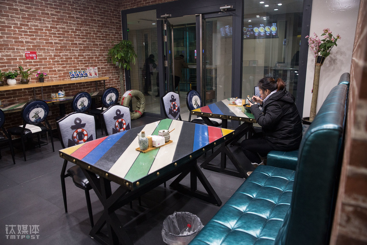 The restaurant has an eat-in space of 50 square meters, which is not crowded with customers for the most of the time. On January 22nd, only four customers came to the restaurant and ate in, two of which were actually the delivery guys.