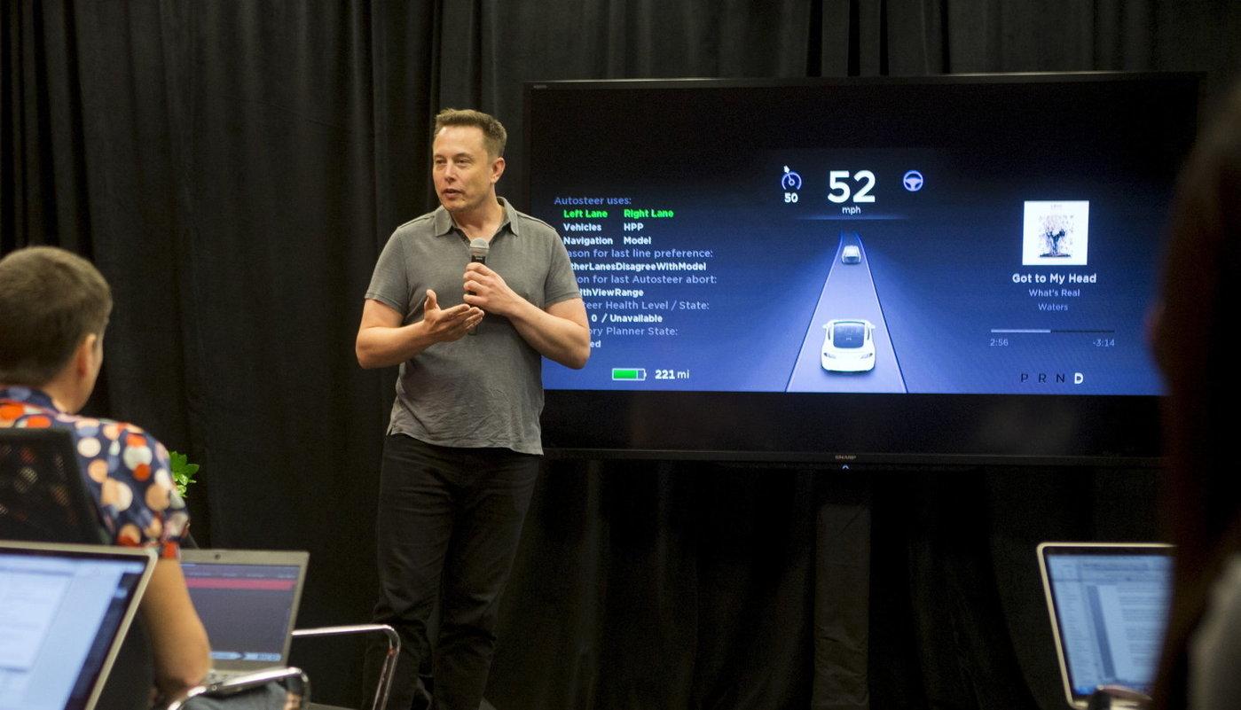 Tesla首席执行官Elon Musk在2015年10月14日于加利福尼亚州帕洛阿尔托举行的特斯拉活动中谈到新的自动驾驶仪功能