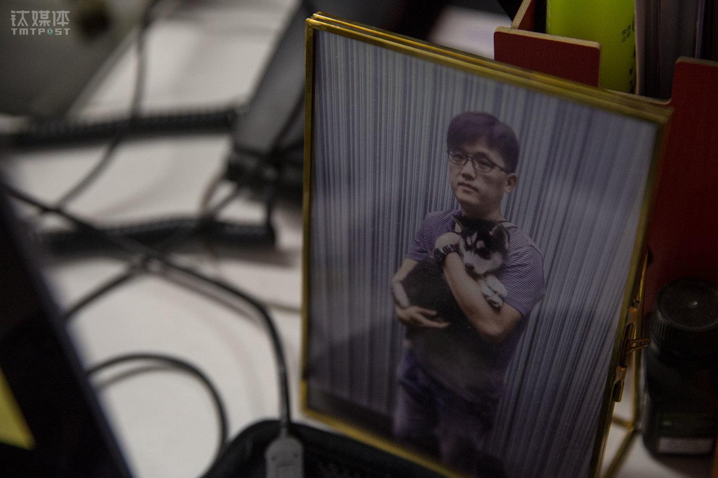 北京光华路SOHO,设计师老徐的办公桌上摆放着自己和哈士奇Summer的合影。这张合影拍摄于2017年夏天,当时从同事手里抱养这只在街边捡来的流浪狗,他给这只狗取名Summer。