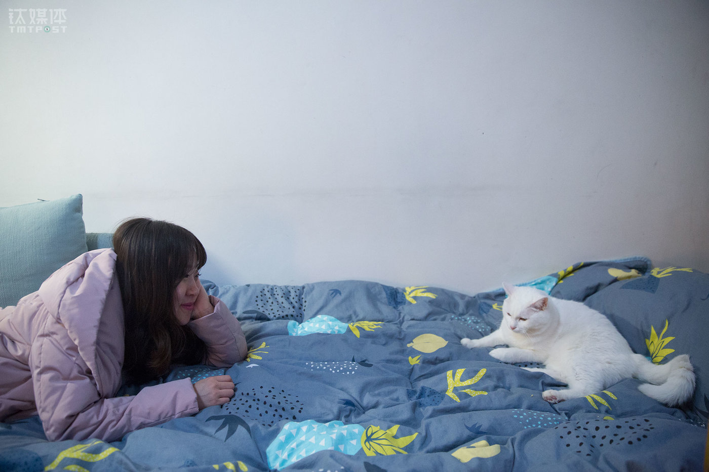 """猫每天都睡在床上,她也把它们视作亲人一样,""""它们很亲人,可以陪伴我。"""""""