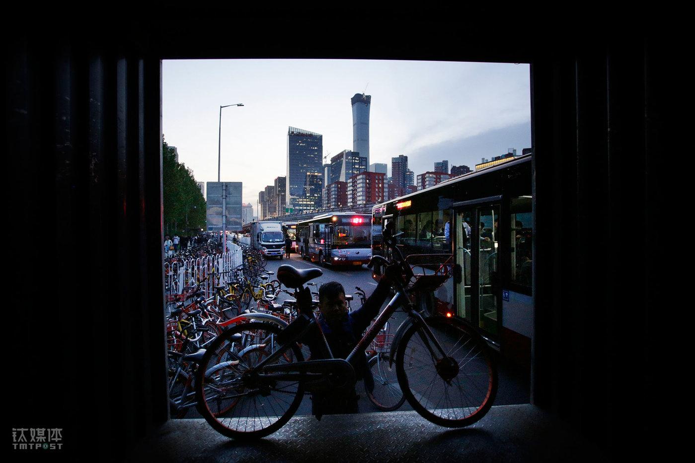 北京大望路八王坟东公交站,一辆准备装车的共享单车。