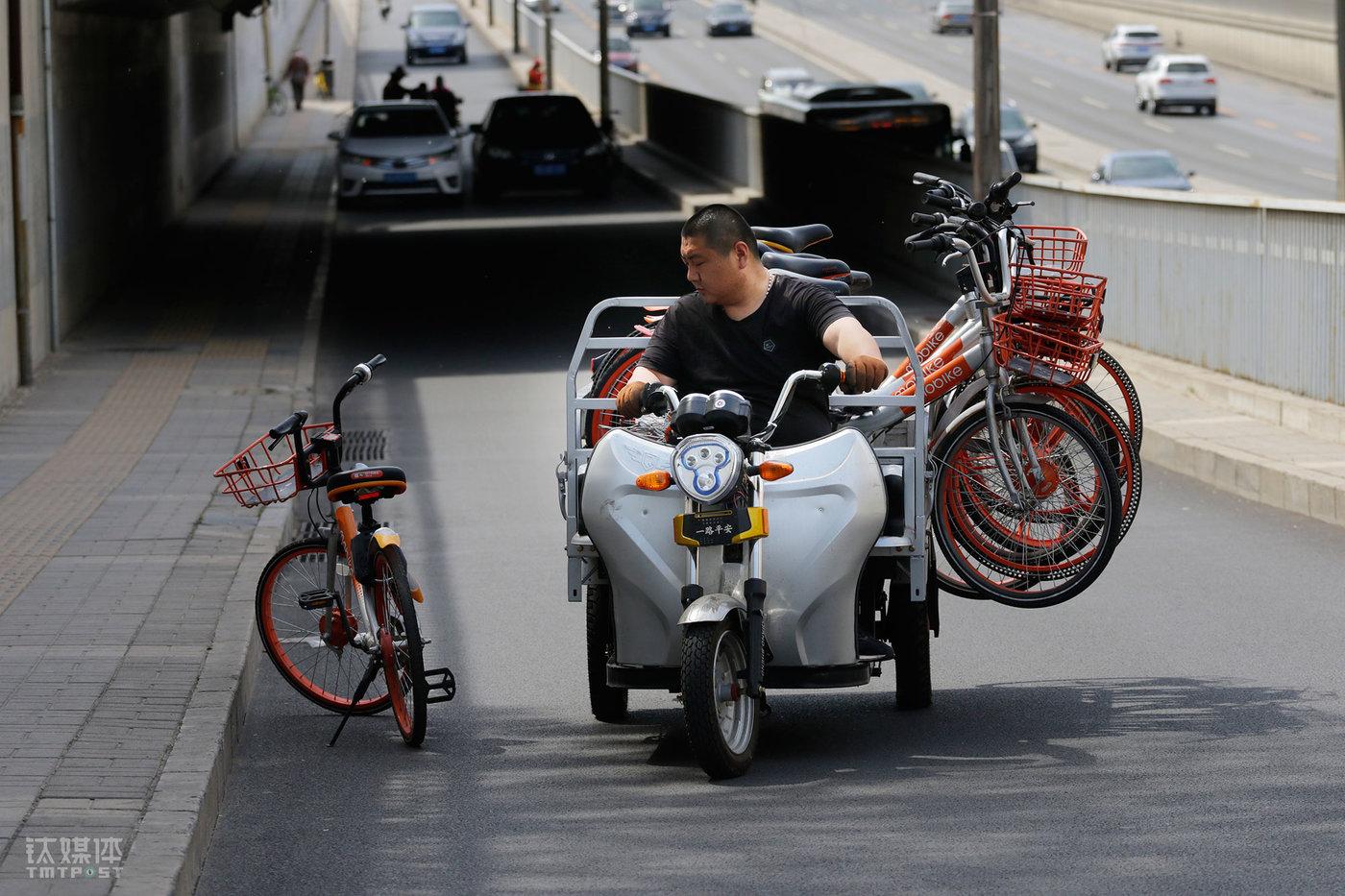 早高峰过去,大强被安排到朝阳北路,在这里收集被骑行者散乱停放的单车,并把它们运送到附近地铁站。