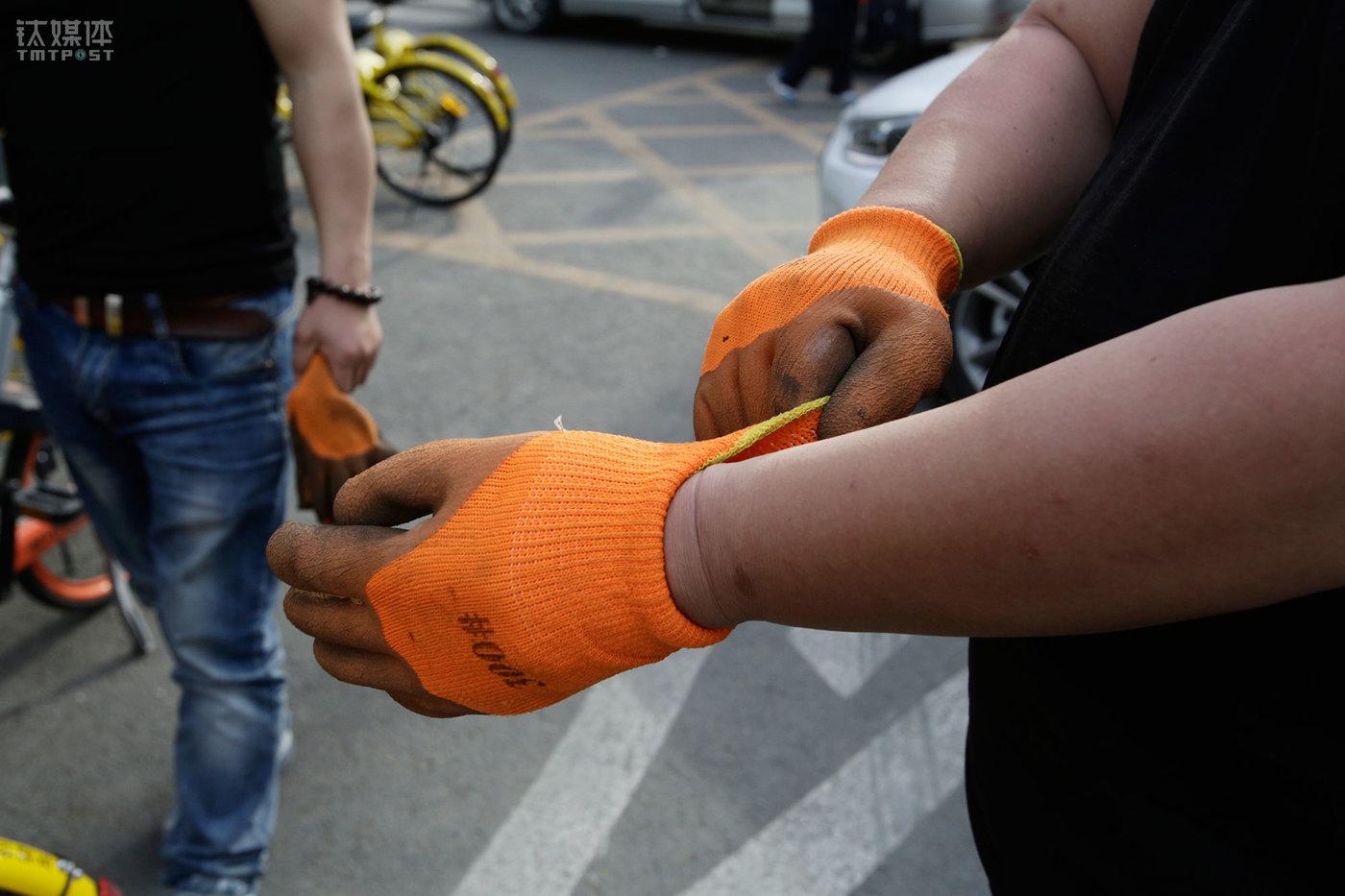 下午,大强和工友开着几辆厢式货车来到大望路八王坟东公交站,戴上手套准备开工。