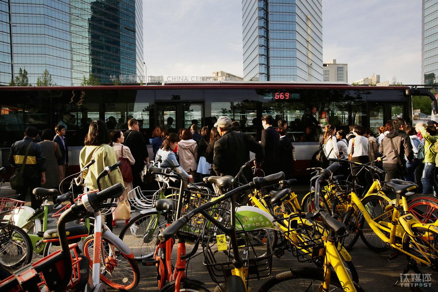 八王坟东公交站点连通燕郊到大望路,每天晚高峰大量人流在这里聚集,随着人流涌来的共享单车也超出了固定停放点的容载量,被骑行者随意停靠在公交站内。