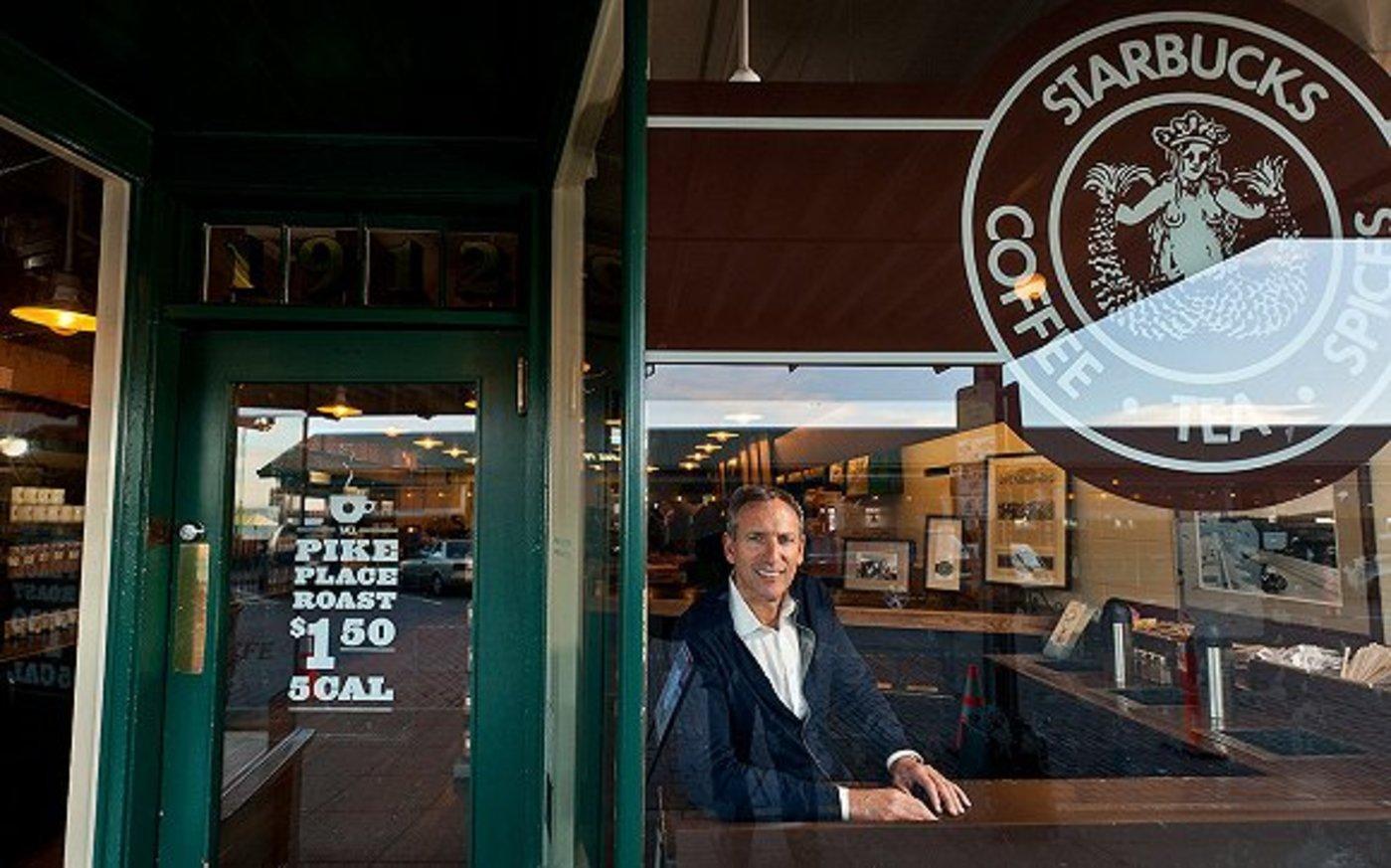 舒尔茨在首家星巴克门店(图片来源:视觉中国)