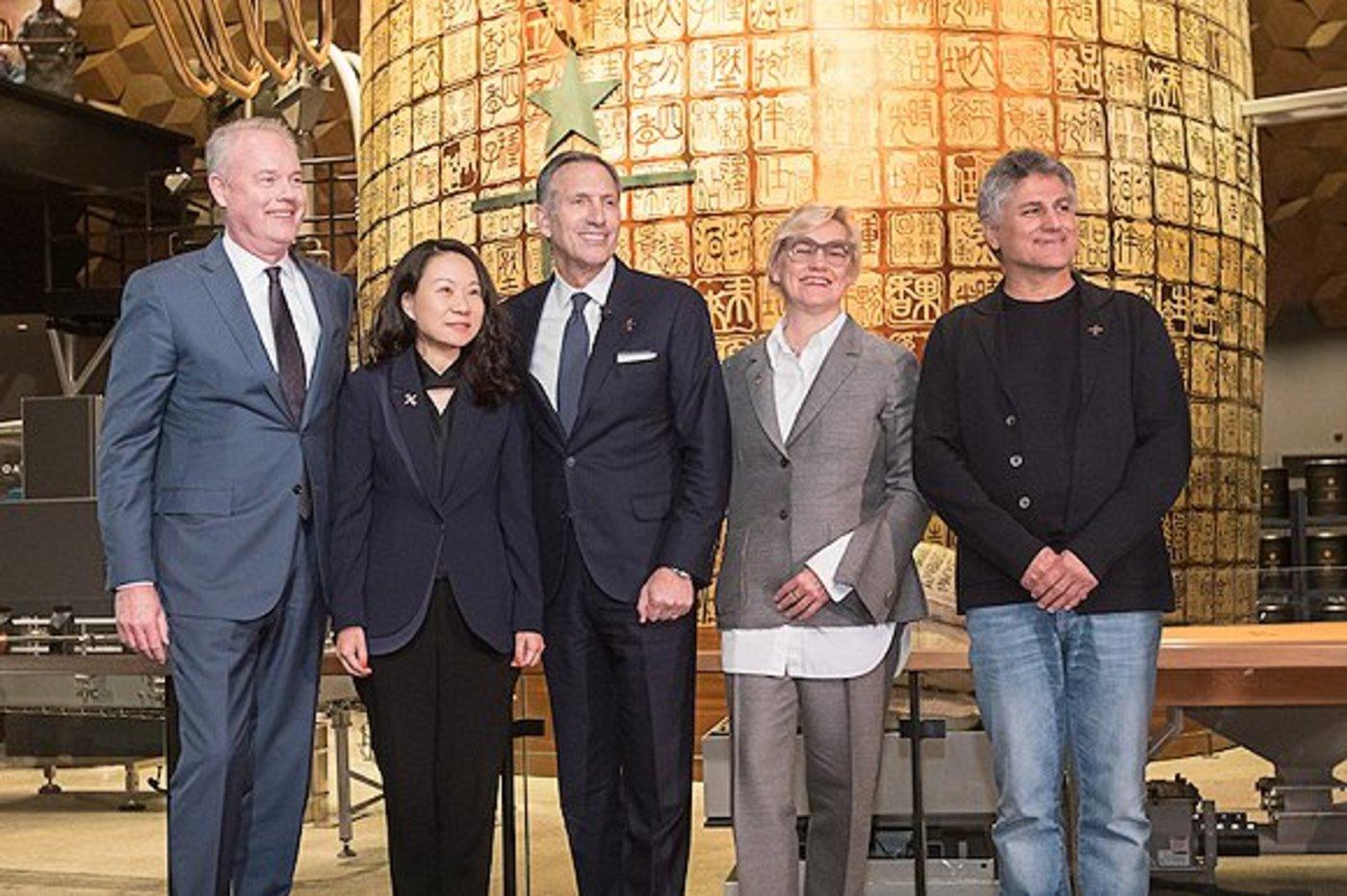 舒尔茨(中)及星巴克高管在一起;左二为星巴克中国CEO王静瑛