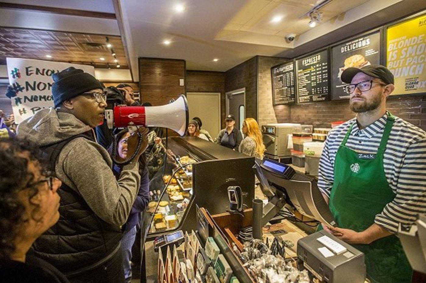 费城事件之后星巴克门店内的抗议