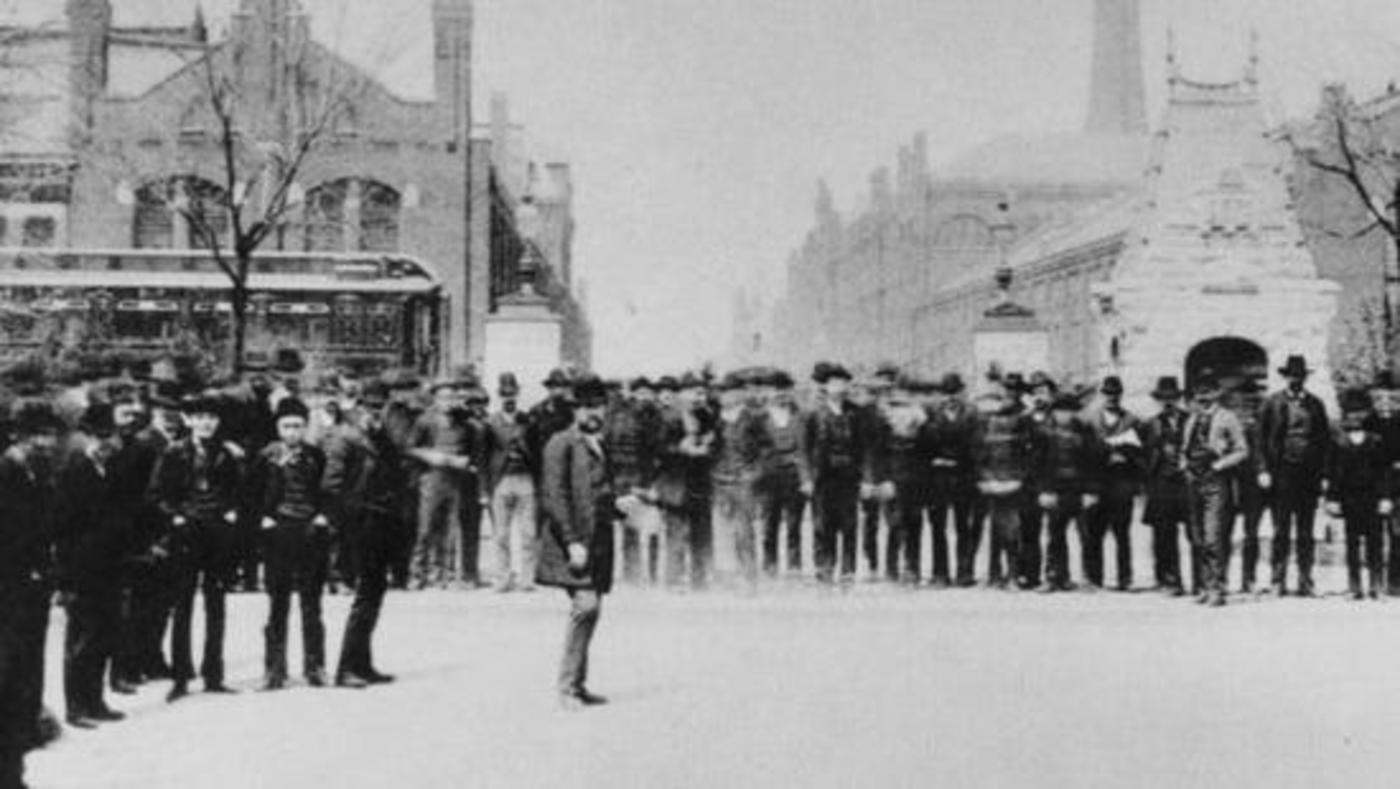 1894年发生的普尔曼罢工事件。当时这家铁路设备制造商削减工人工资,但却没有降低居住在公司城镇的工人租金