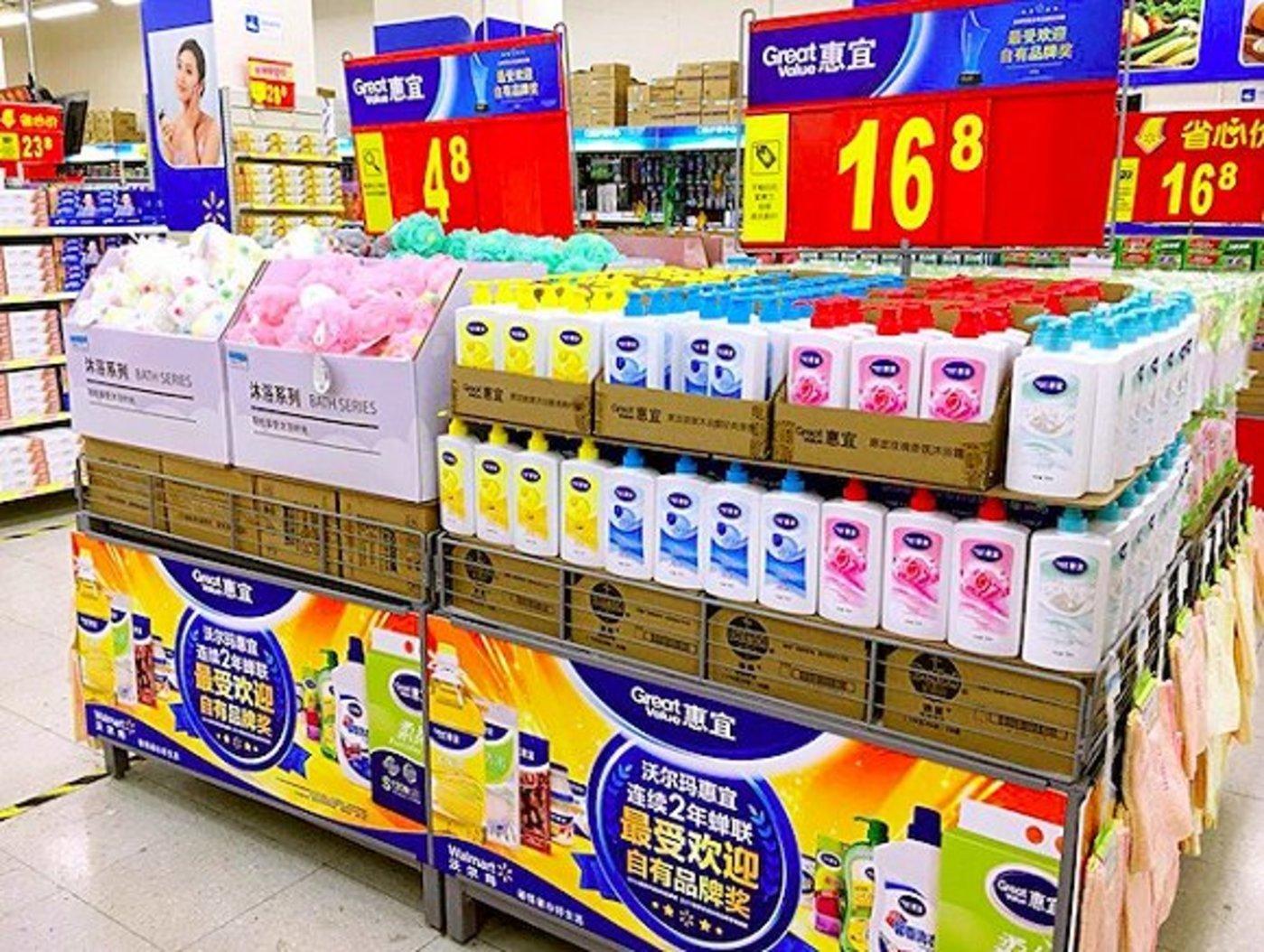 沃尔玛自有品牌沐浴露产品以堆头的形式进行推广