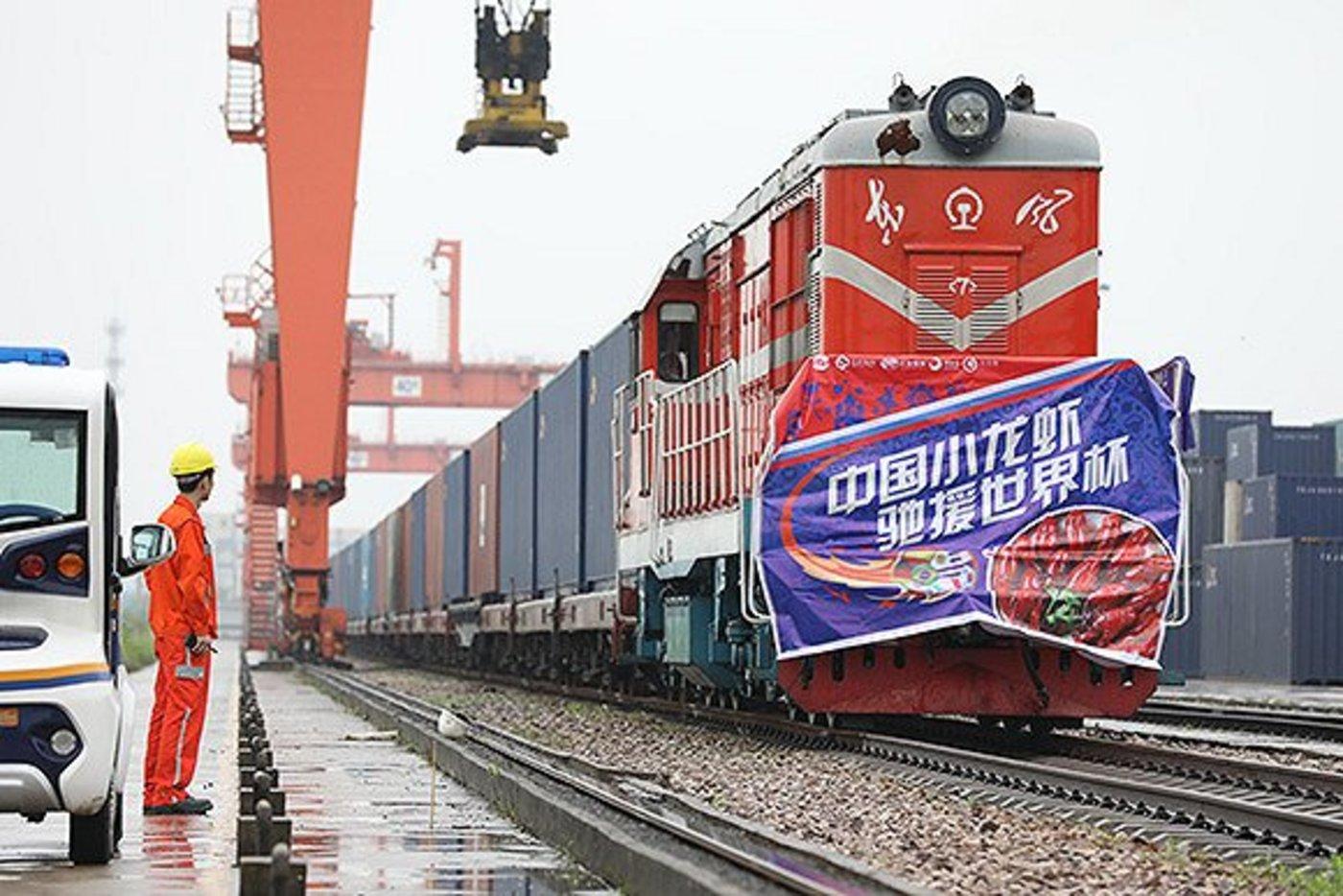5月31日上午,武汉,中国农发集团鲜天下与农村淘宝联合打造的10万只世界杯版小龙虾,通过汉欧铁路发往俄罗斯
