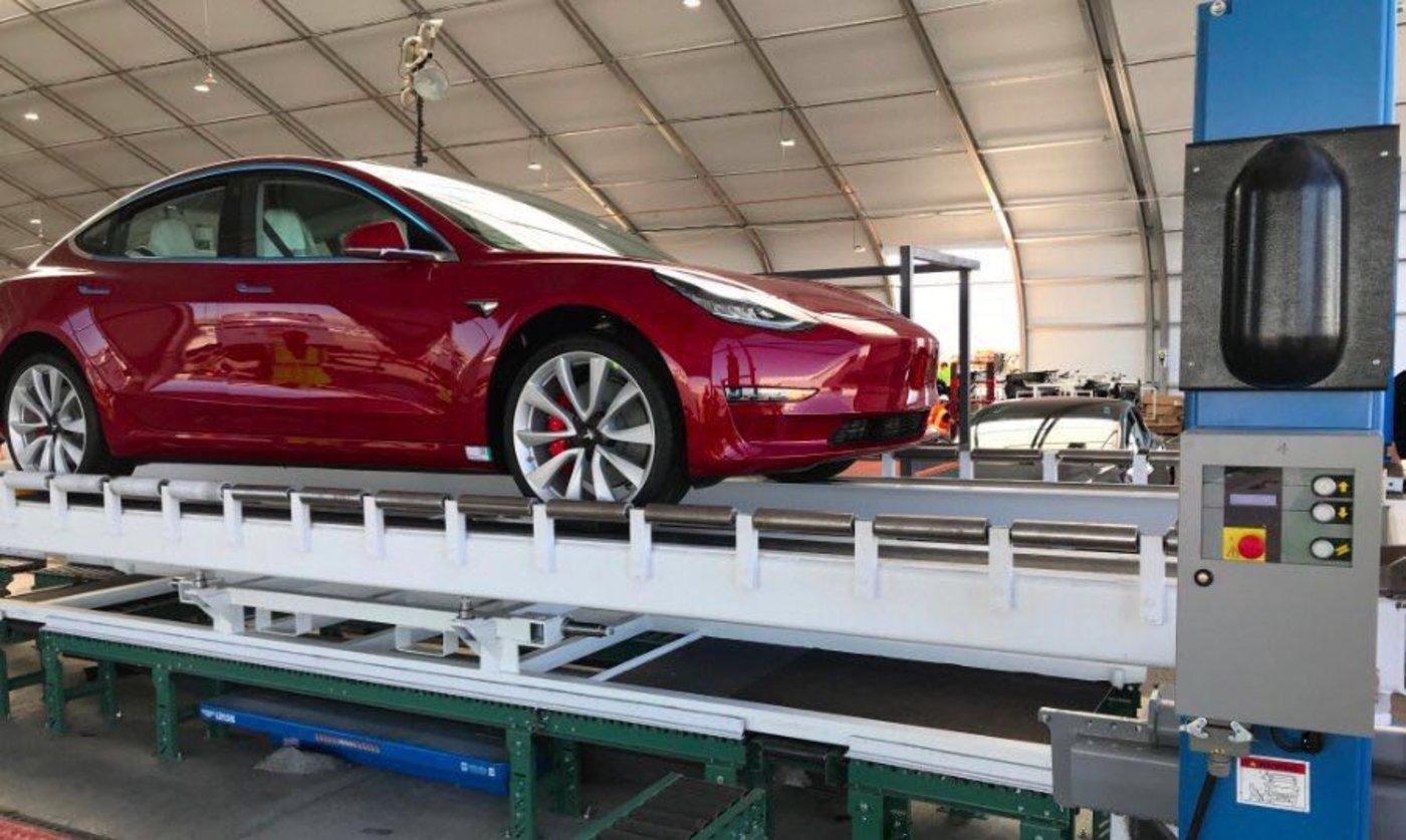 一辆双马达性能版Model 3在新总装线上