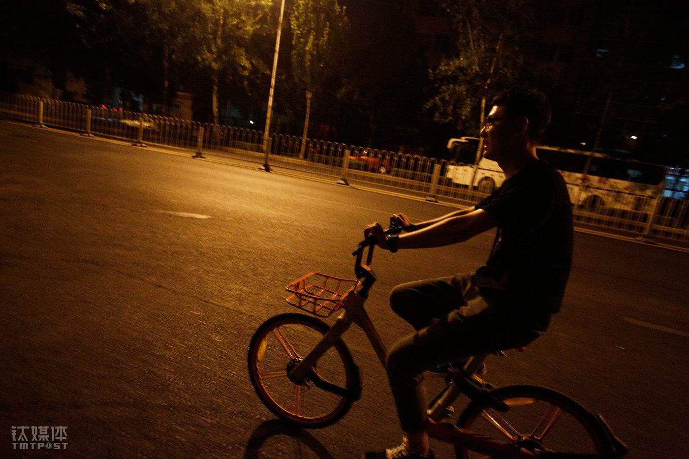 6月8日凌晨12:30,下了晚班的小林骑车往回赶。公司的晚班有补贴,他更喜欢上晚班。