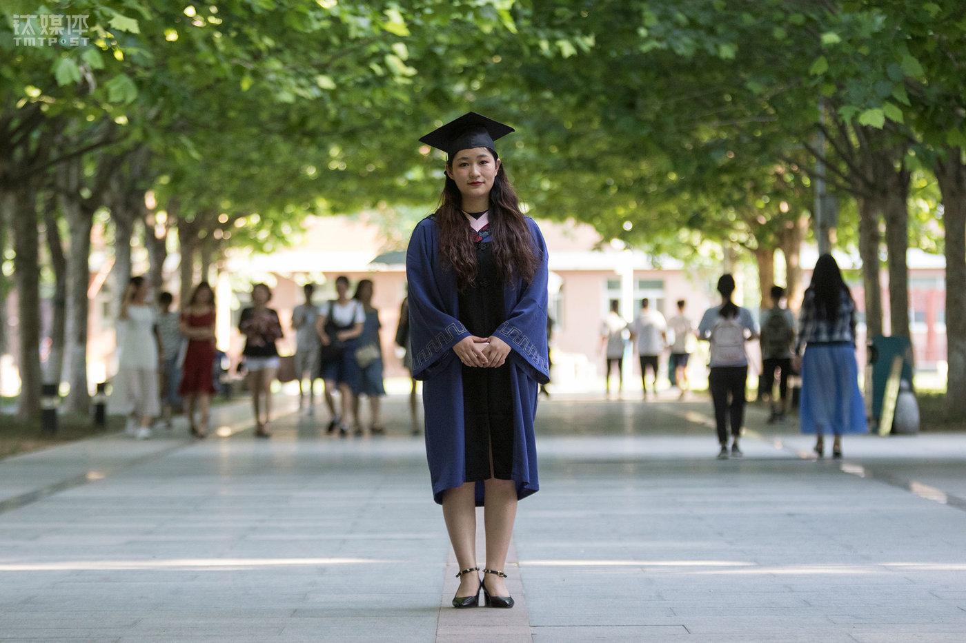 6月21日,路遥在校园里拍摄毕业照。5月份,她找到工作,进入了广州电视台,成为一名记者,到毕业前,她已经在广州工作1个月了。