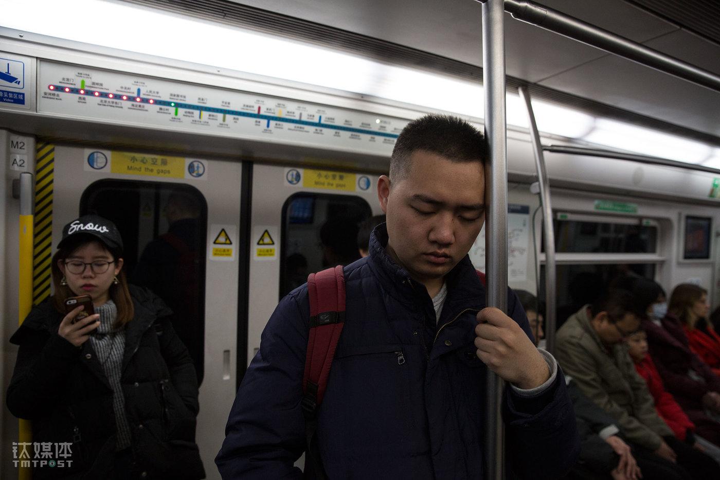 参加完昌平一个面试后,小徐坐地铁返回通州梨园住处,长距离的往返和连续的谈话让他有些疲惫。