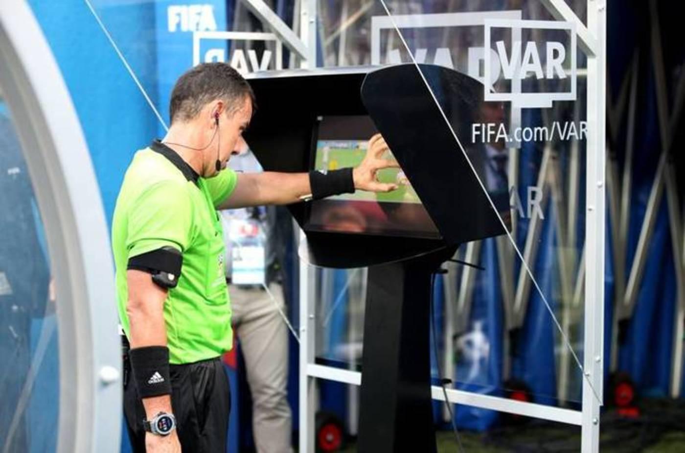 在2018年世界杯上,裁判乔尔·阿奎拉(Joel Aguilar)在观看VAR录像,而后判给瑞典一个点球
