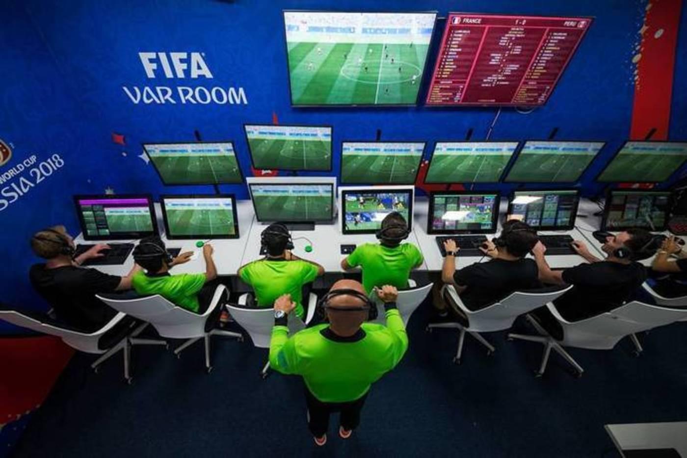 视频助理裁判(VAR)及其3名助理(编号分别是AVAR1、AVAR2和AVAR3)
