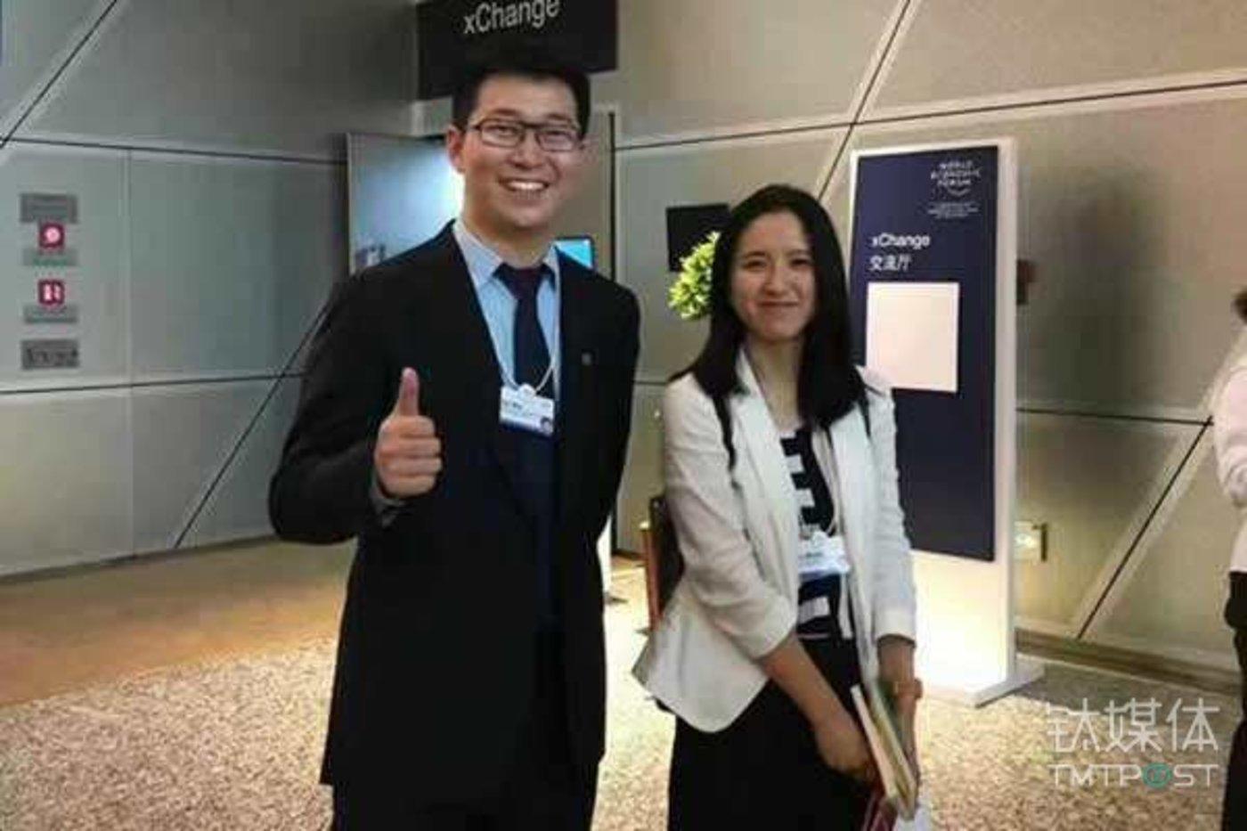 在达沃斯论坛开幕前一天,ofo 创始人戴威与Mobike 创始人胡玮玮的一张合照,再次引发了两家公司合并的传闻。