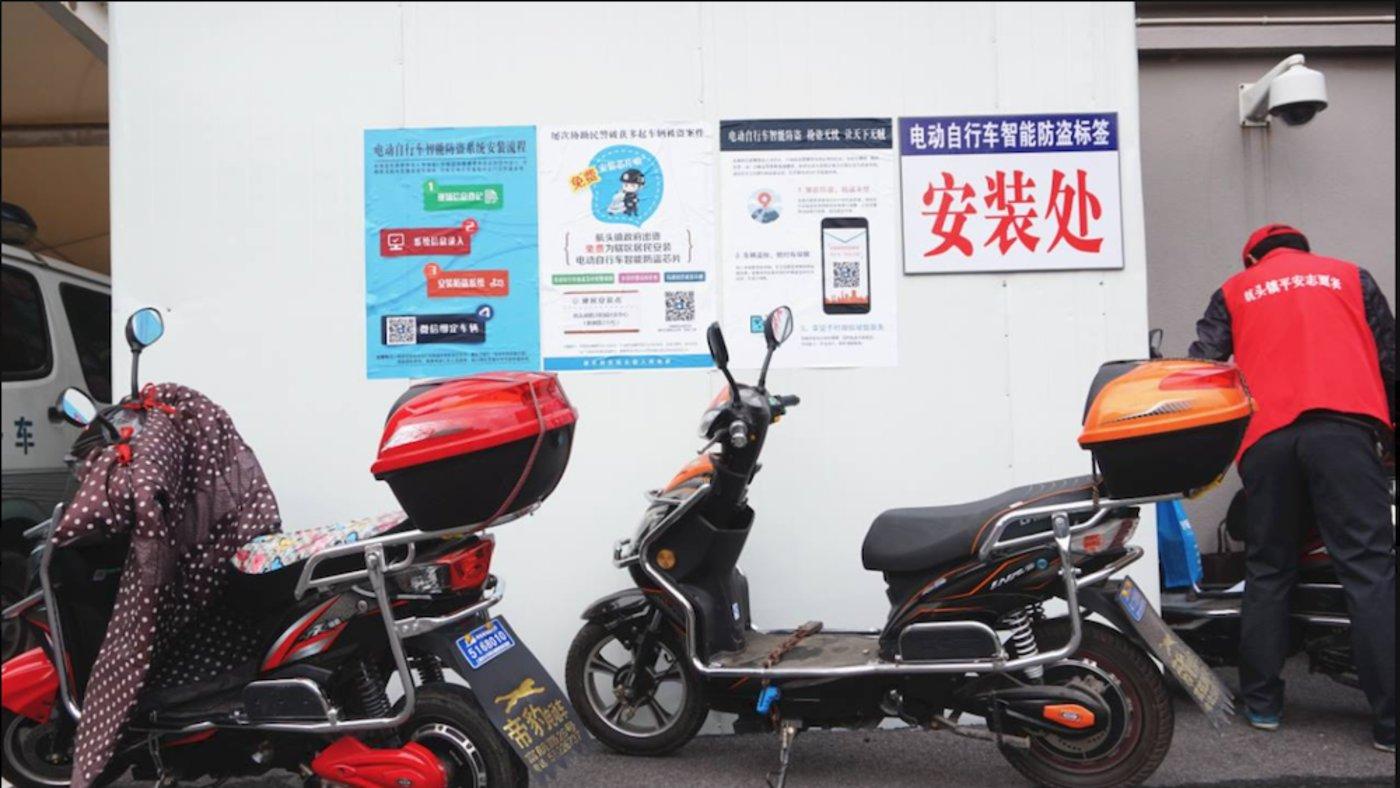 在上海周浦等地,社区向居民派发猎熊座研发的防盗芯片。