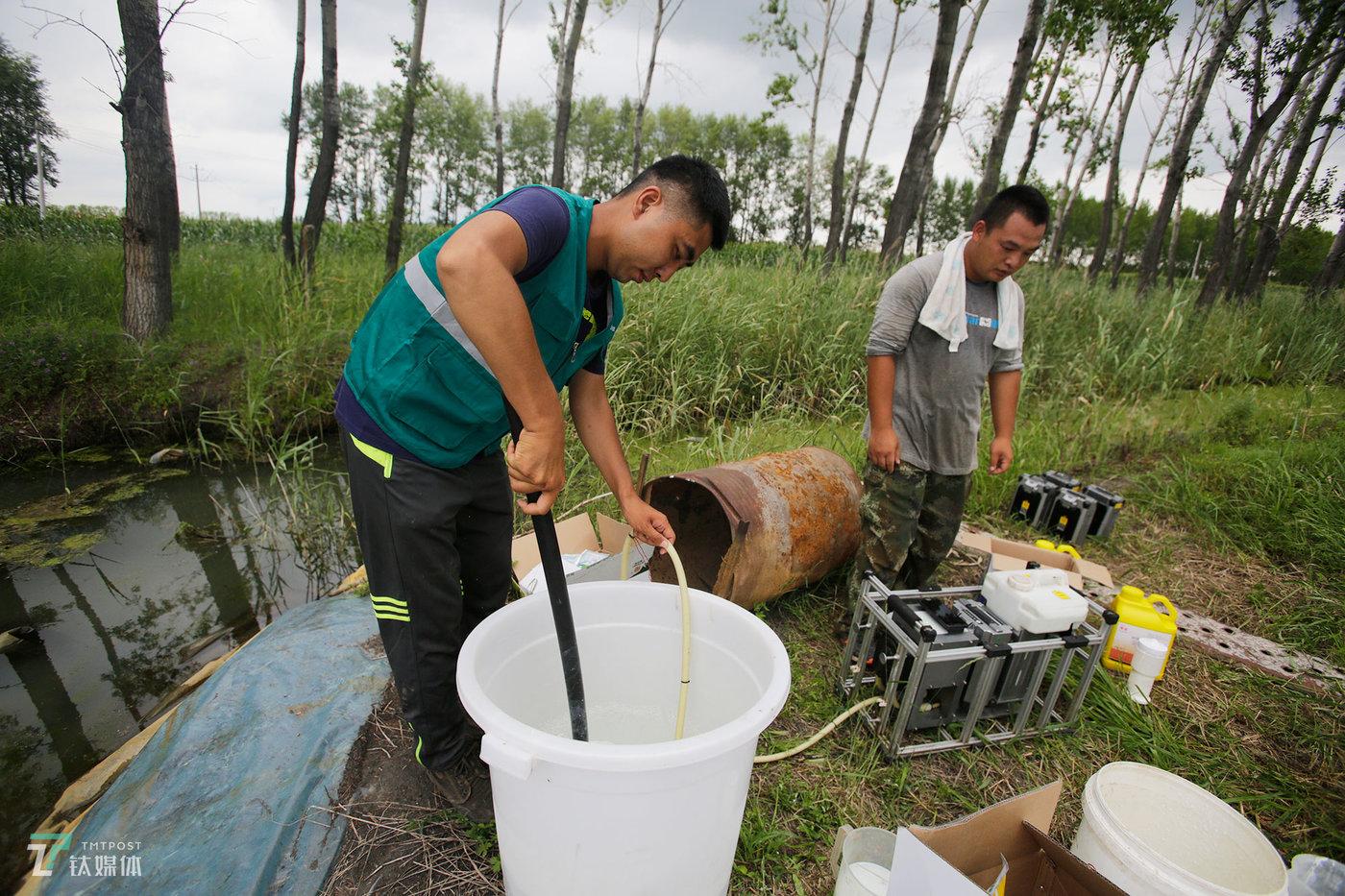 任维新在搅拌一桶药水,为一旁的配药机准备原料。从封闭药、虫子药、除草、叶面肥到杀菌,一块需要打药的水稻田,少则打3遍药,多则需要打6遍。