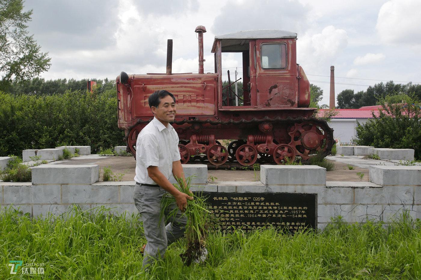 任维新的父亲是一名老农机师,他已经退休在家。在他家门口,有一台产于1960年代的东方红拖拉机,这是任维新爷爷那一辈人当年开垦北大荒留下的历史见证。任维新向钛媒体《在线》介绍,他的爷爷曾是抗美援朝老兵,当年复员后被分配到北大荒,从此就在北大荒扎根。