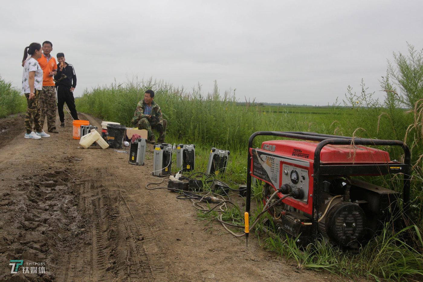 无人机每块电池每次起落飞13分钟,所以一般配置都会有多块电池,这样一来,飞手不得不同时带上发电机,在稻田旁边发电充电,一个空电池充满电需要40-50分钟。