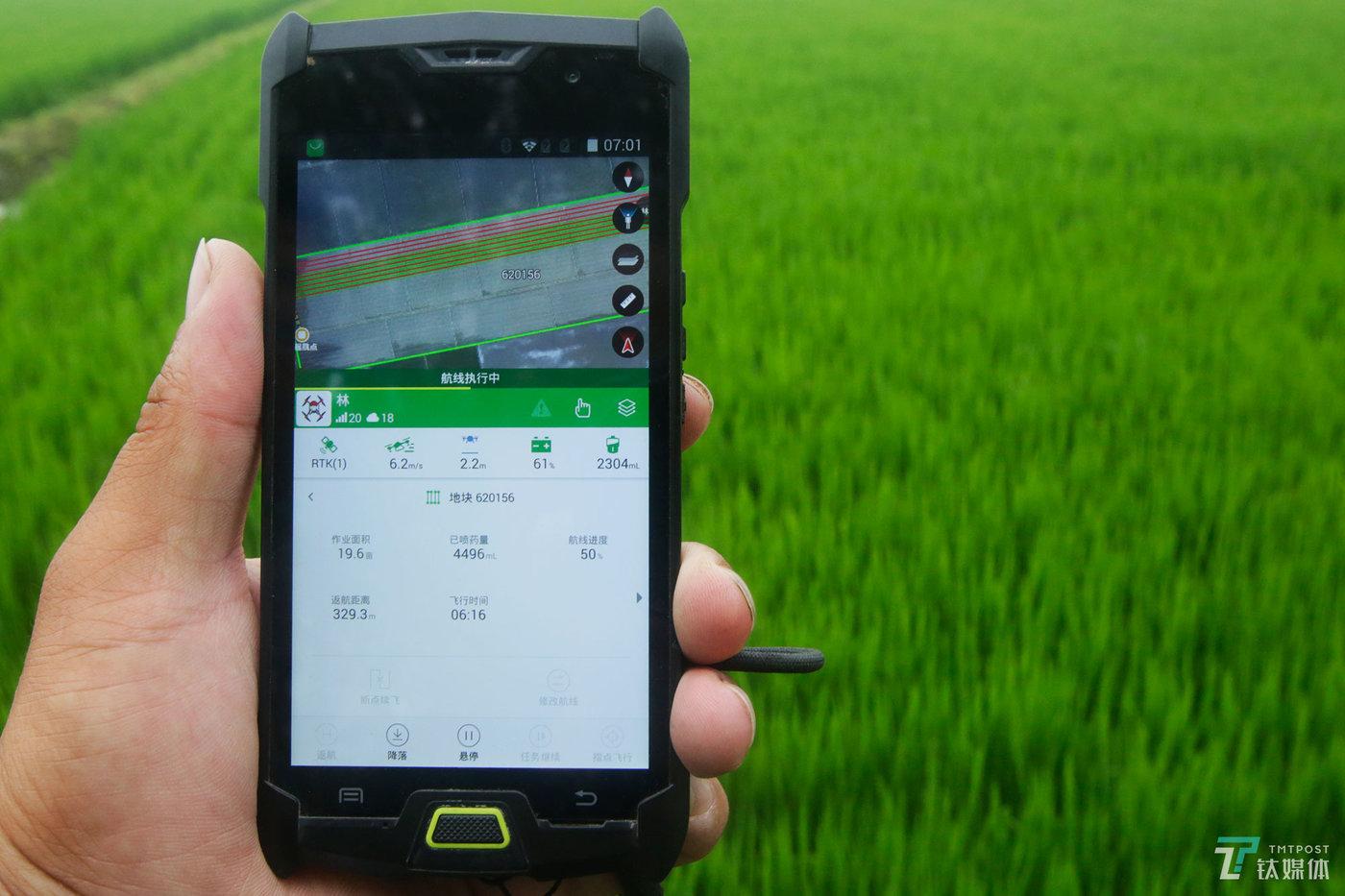 """飞机的操控终端跟手机类似,只有通过极飞学院学习的用户才可以获得权限来操控自己的飞机。终端界面上,飞机飞行高度、速度、电量、距离、作业面积、精确到毫升的药量等数据一目了然,""""飞机可以通过终端自动规划航线,只要会用智能手机的人都能学会操作这架飞机""""。"""